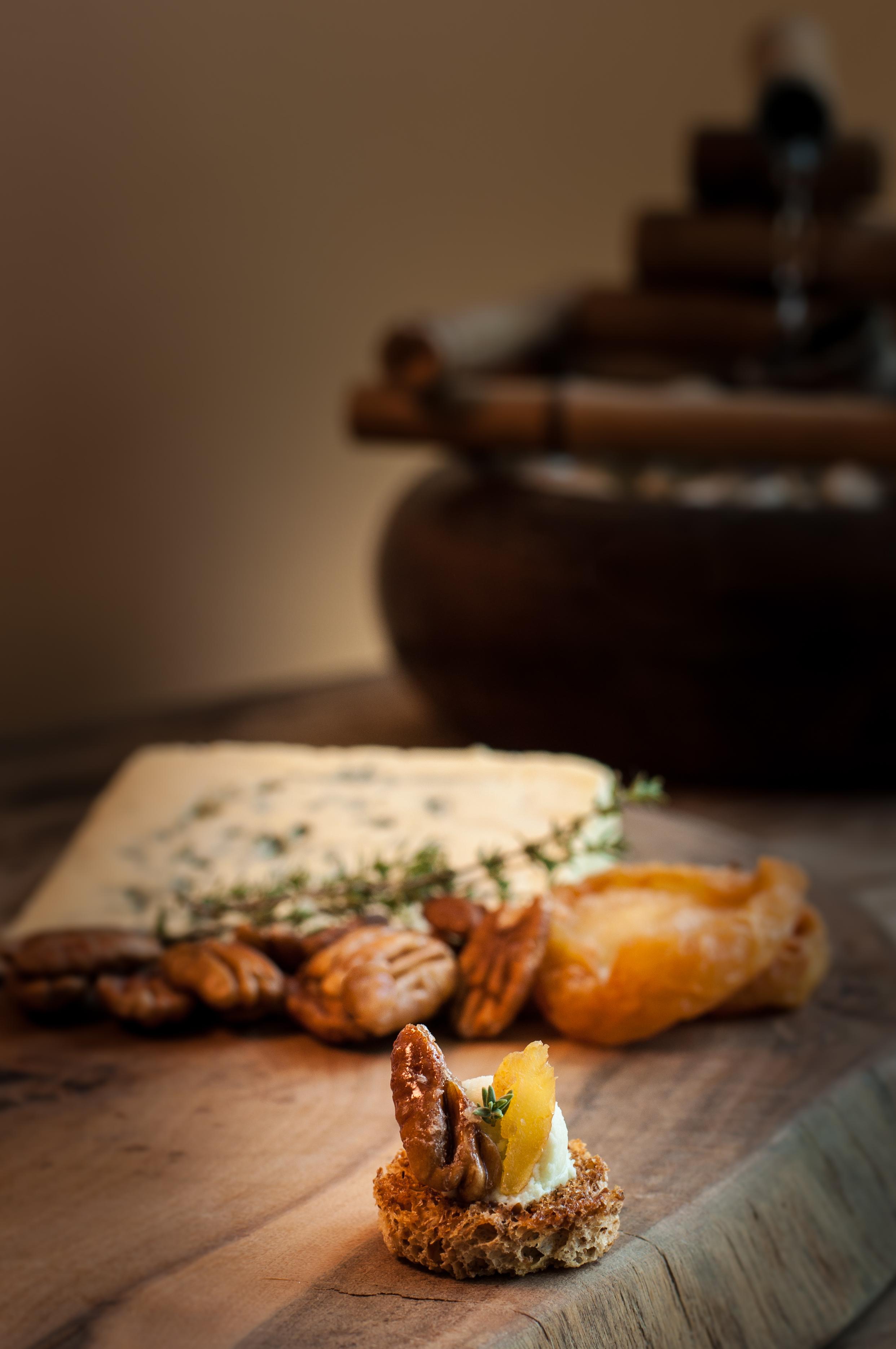 Canapé de gorgonzola, pêras e nozes