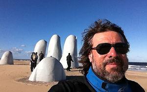 Uruguai_-_Mãos_na_Areia_em_Punta_Del_Est
