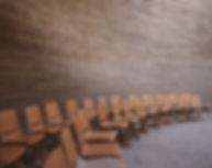 Leere Stühle im Hörsaal