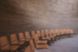 Chaises vides dans la salle de conférenc