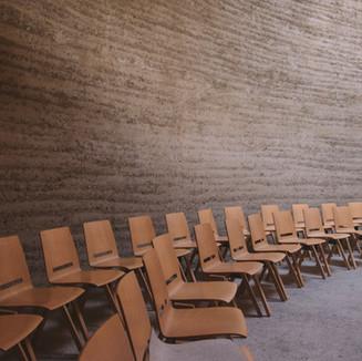 Lege stoelen in collegezaal