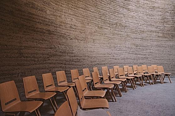 講義室で空の椅子
