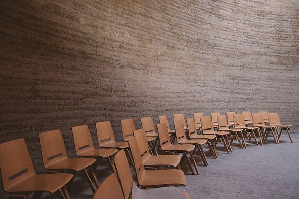 Пустые стулья в аудитории