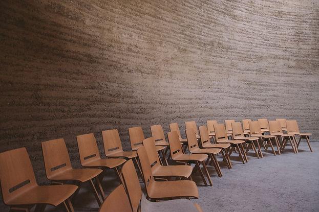 강의실에서 빈 의자