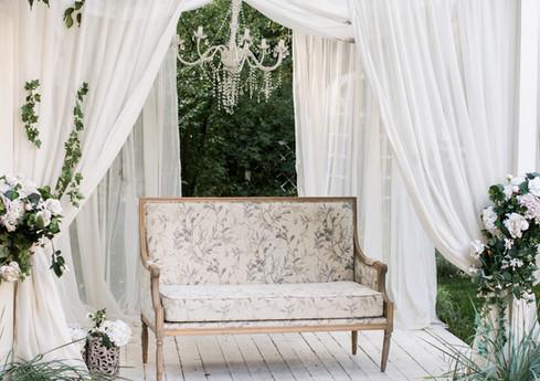 Podium aux rideaux blancs