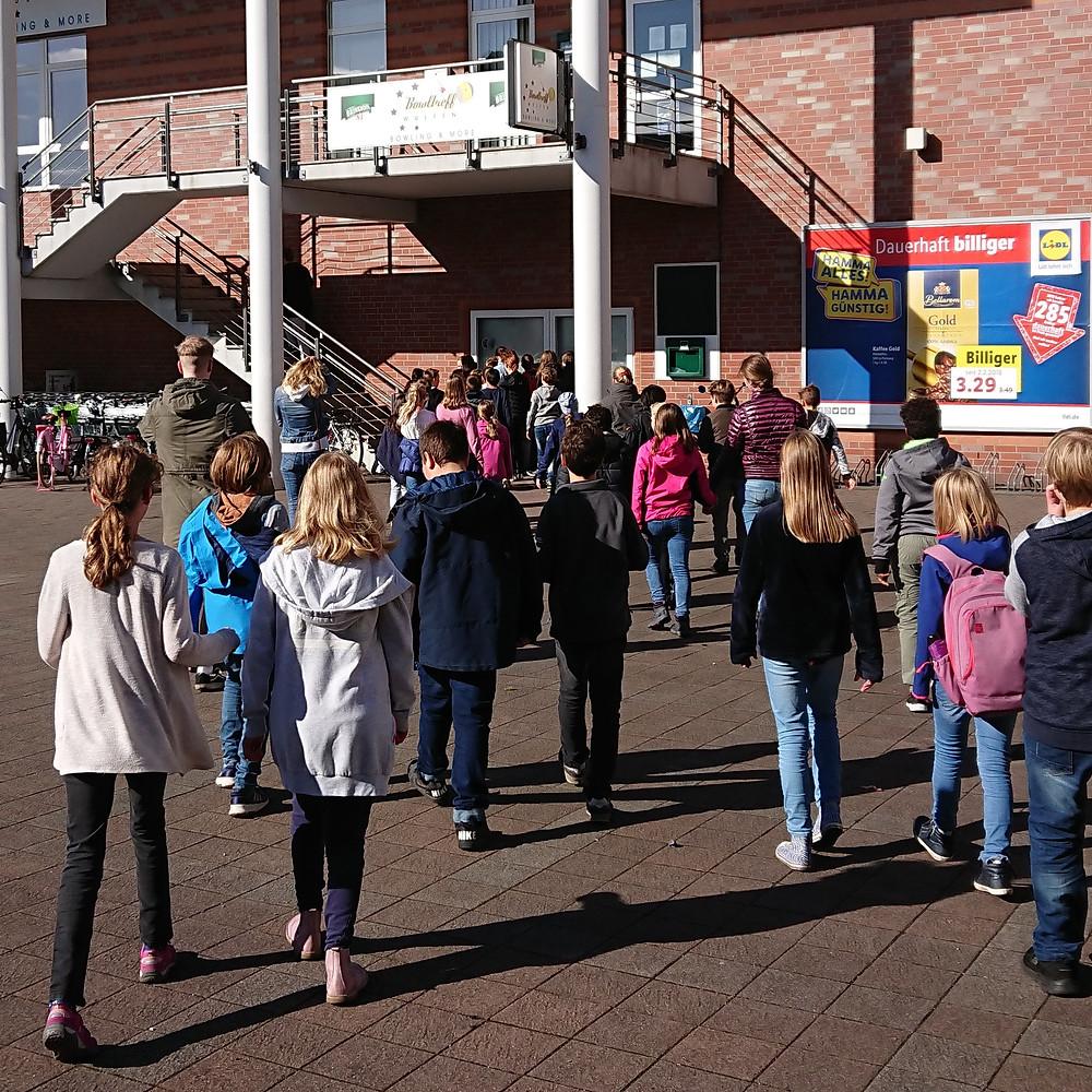 Die E-Stufe schob an ihrem Wandertag alles andere als eine ruhige Kugel. Nach einem ausgiebigen Frühstück und einer lustigen Spielerunde machten sich alle Schülerinnen und Schüler gemeinsam mit ihren Lernbegleitern auf den Weg ins nahegelegene Bowlingcenter. Auch die M-Stufe verlebte einen sportlichen Tag im kühlen Nass des Aquaparks in Oberhausen. Besonders die Rutschen kamen bei den Schülern und Lernbegleitern gut an. Die A-Stufe genoss die Zeit bei Popcorn und Nachos mit einer lustigen Komödie im Central-Kino in Dorsten.