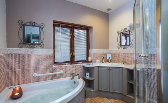 Suite 4 Bathroom.jpg