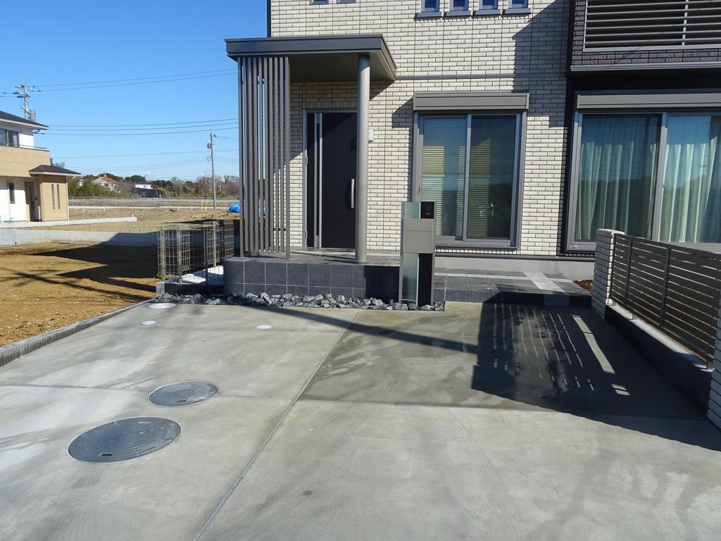 駐車場から玄関までのアプローチライン