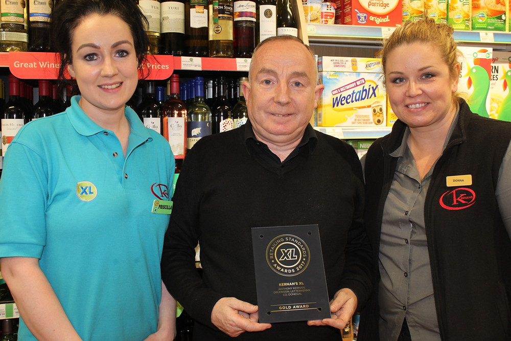 Kernans manager Liam O Brien pictured with Priscilla Kee and Diner manager Donna Giannopoulou
