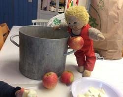 Barke gör äppelmos