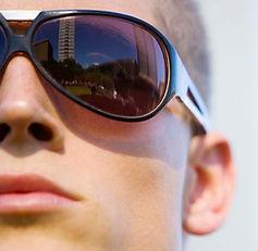 ผู้ชายแว่นกันแดดรุ่น