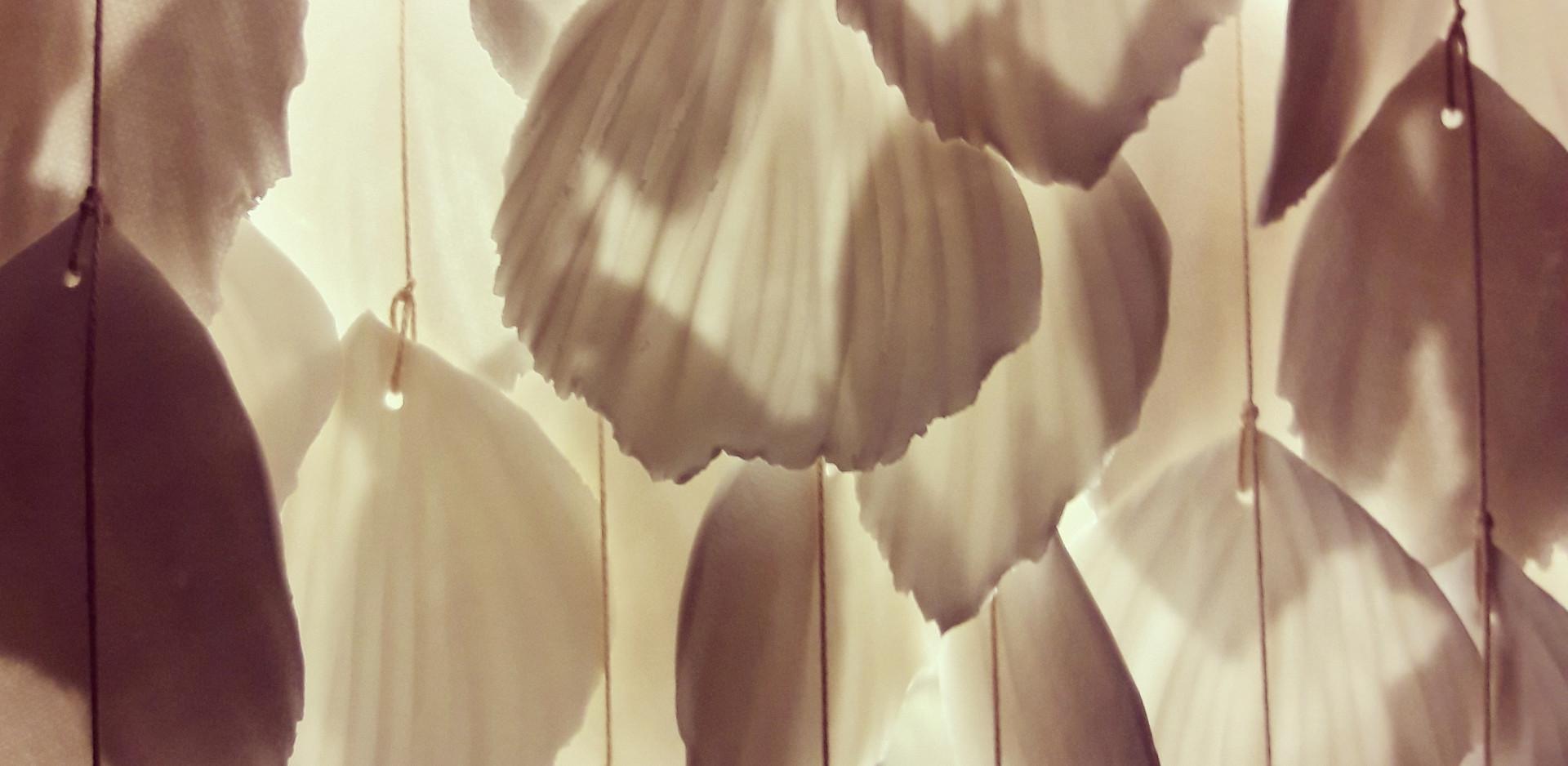 LUMINEUSE - Lustre en plumes de porcelaine