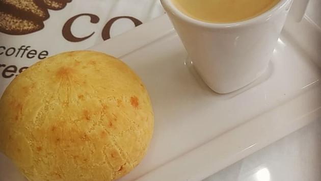 Pao de queijo com cafe.jpg