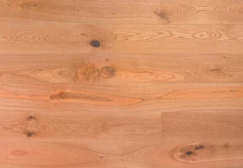 Choix Authentic : Monolame, bois de fil et dosse, structure hétérogène présentant de fortes nuances naturelles. Noeuds sains et mastiqués sans limite de taille et de nombre, parfois légèrement ouverts. Avec fentes, discoloration et aubier. Aspect marqué. Présence de mailles.