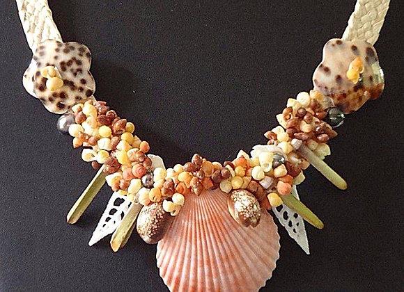 """TIARE"" Collier de Coquillages, perles, crayons, ..."