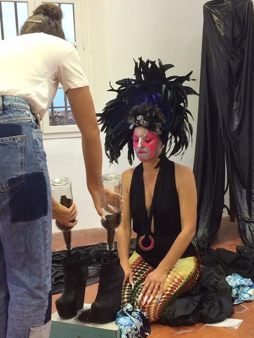 KIMONO. Anne Sechet Détail: Lola-Jane vidant les paillettes noires  dans chaussures
