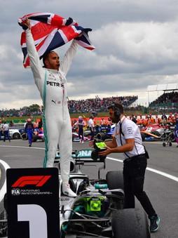 KING Lewis Hamilton domine Verstappen sur le ring de Silverstone au nez et à la barbe de Leclerc