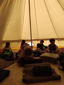 sous la tente géante.jpg