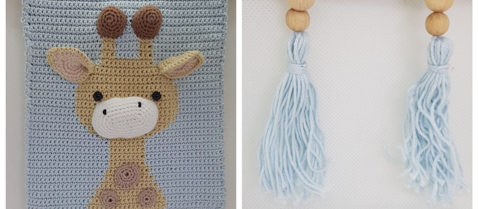 Nieuw in de webshop is de giraf wanddecoratie in wit/geel en blauw/beige Leuk voor in de babykamer