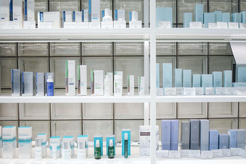 Rak botol dan kemasan produk wajah baru yang siap untuk dijual