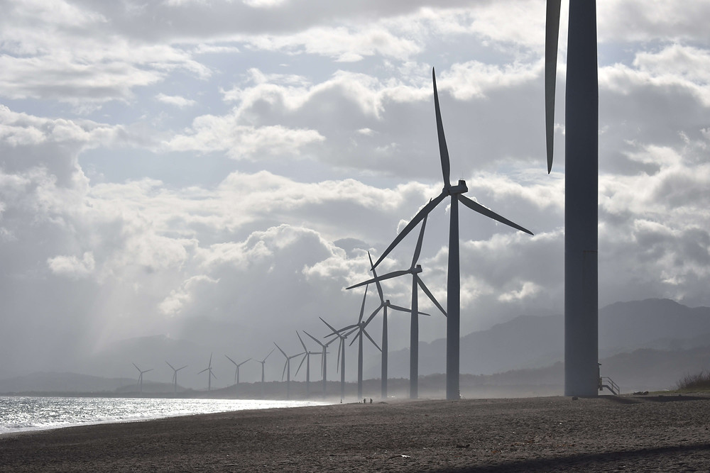 Deretan turbin angin di dekat badan air