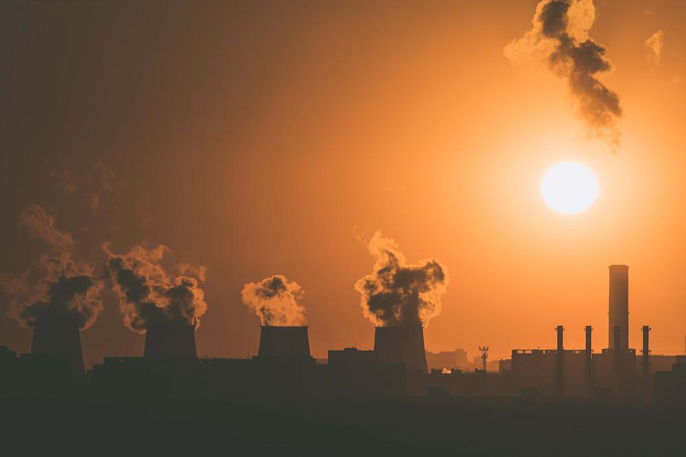 Siluet pembangkit listrik tenaga nuklir yang mengeluarkan asap ke udara
