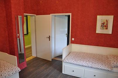 Vom roten Schlafzimmer geht es entwerder auf den Flur oder ins danebenliegende Goldene Schlafzimmer.