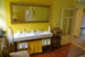 Doppelwaschbecken mit großem Spiege, Radio und Fön im geräumigen Badezimmer