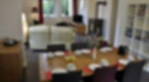 Esstische für sechs Personen sowie Stauraum in Kommoden und Regal
