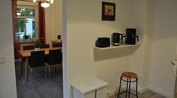 Neben dem Durchgang zum Esszimmer findet sich die Frühstückstheke mit allem, was man für Tee und Kaffee braucht.