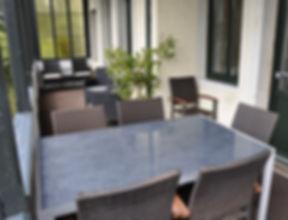 Loungebereich auf der Veranda, die sich vor Wohnzimmer und Goldenem Schlafzimmer erstreckt.