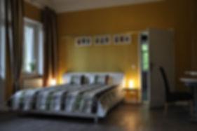 Viel Platz und sinnvolle Möblierung prägen das Goldene Schlafzimmer