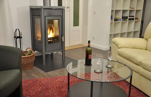 Ledersofas mit Relaxfunktion im gut ausgestatteten Wohnzimmer