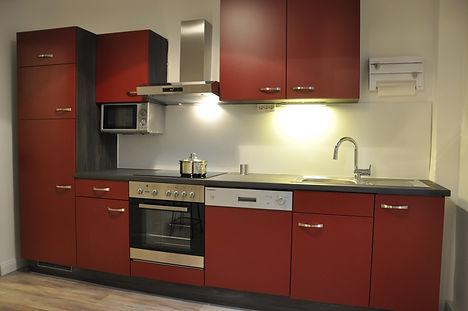 Alle Elektrogeräte von Eisfach bis Geschirrspüler stehen in der sinnvoll eingerichteten Küche zur Verfügung.