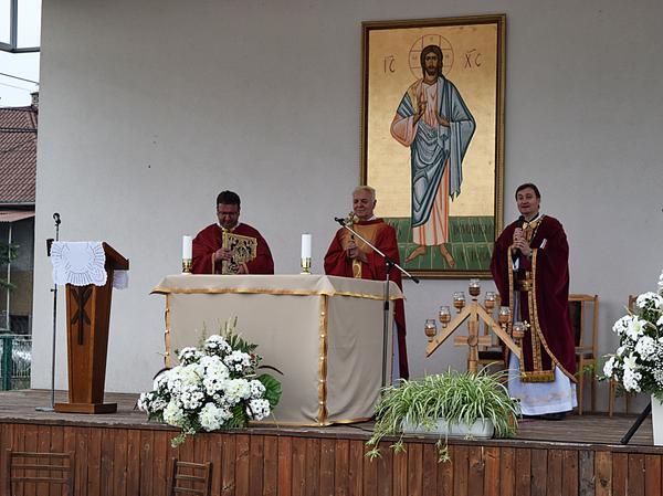 Slávnostným kazateľom pri glagolskej rímskokatolíckej bohoslužbe, ktorú si ako vzácnu duchovnú perlu zachovávajú chorvátski rímskokatolíci, bol otec Anton Zec z farnosti sv. Apolinára v Dubašnici, ktorú do slovenčiny preložil jeden z neskorších členov o.z. Dubravka-Mlyn, gréckokatolícky kňaz M.R.