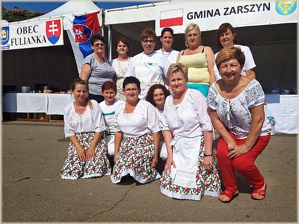Medzinárodný poľsko-slovenský tím gazdiniek na móle v prístave Malinska-Dubašnica. Namiesto plaviek zástery. Sú pripravené prezentovať vlastné národné jedlá chorvátskemu prostrediu...