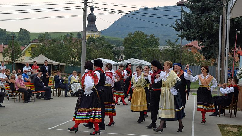 Sobota, 17.9.2016 bola pamätná nielen pre obec Fulianku ale i pre novovzniknuté o.z. Dubravka-Mlyn, ktoré v spolupráci s obcou pomohlo organizovať program pre hostí z chorvátskej opčiny Malinska-Dubašnica. Na fotografii naši hostia prezentujú miestny chorvátsky ľudový tanec...