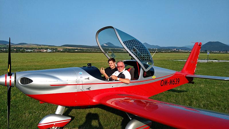 Dvaja inžinieri v kokpite sú zárukou profesionality. Vedľa pilota sedí predseda nášho občianskeho združenia po skončení jedného z letov nad mlynom, výsledkom ktorého sú vzácne fotografie...