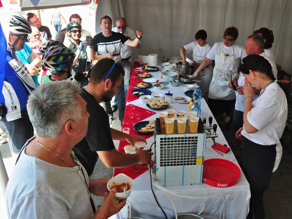 Otvorený stánok obce Fulianka počas Dní syra v chorvátskom prístave Malinska-Dubašnica neostal prázdny. Zavítali sem ako hostia i zvedaví cyklisti z Nemecka. Pochválili sa, že jedna ich cyklistka má práve narodeniny. Našou odpoveďou okrem ponuky chutného občerstvenia bola   spoločná gratulácia, vyjadrená formou spevu Na mnohaja i blahaja lita...