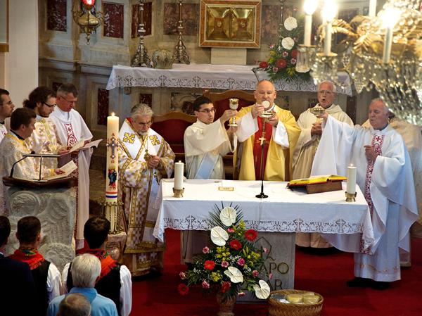 Biskupi a kňazi pri premenení chleba a vína na Eucharistiu - vrcholná časť bohoslužby...