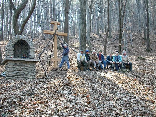 Práve osadený kríž dotvára atmosféru sakrálneho priestoru tohto nádherného prírodného chrámu...