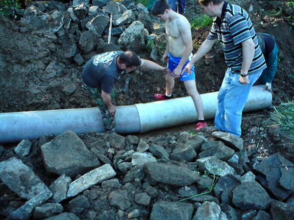 My, obyvatelia Dubravky sme ponúkli pracovnú silu a obec ponúkla mechanizmus a materiál - odtokovú rúru pod cestu v sobotu 5.6.2010...