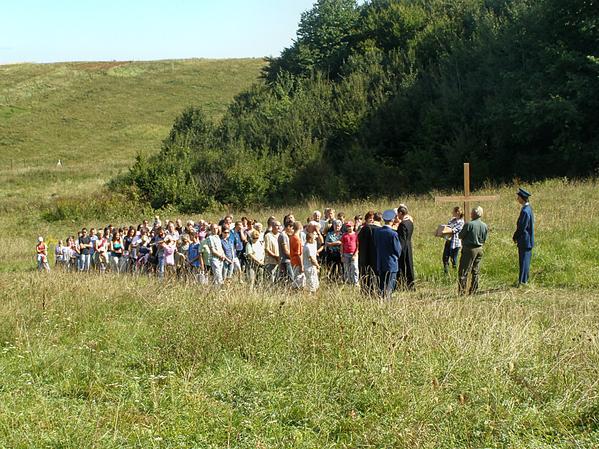 Sprievod na svätú liturgiu ku kaplnke v roku 2011 viedli spolu s kňazmi aj miestni hasiči...