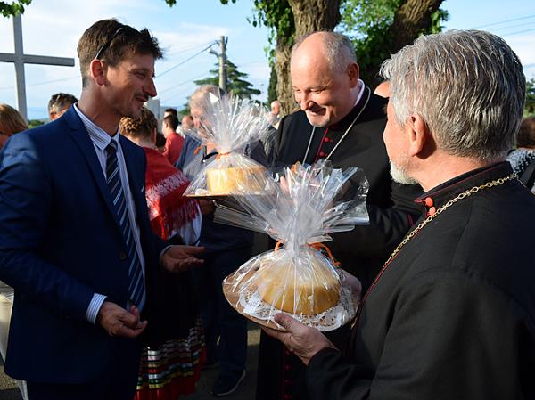 Oslavy Dňa syra 10.5.2018 vo farnosti sv. Apolinára boli o to vzácnejšie, že sa tu stretli s miestnym primátorom Robertom Antonom Kraljičom miestny biskup Mons. dr. Ivica Petanjak OFM a košický gréckokatolícky biskup Mons. Milan Chautur CSsR, ktorí prijali od primátora ako dar vynikajúci miestny ovčí syr, ktorý sa vyrába na rodinných farmách ostrova Krk. Je rozpoznateľný svojou kvalitou a špecifickou chuťou. Je to pochúťka vyrobená z plodov prírody, ktorá bola daná morom, spálenou zemou, skalnatými poliami a pasienkami pokrytými soľou.