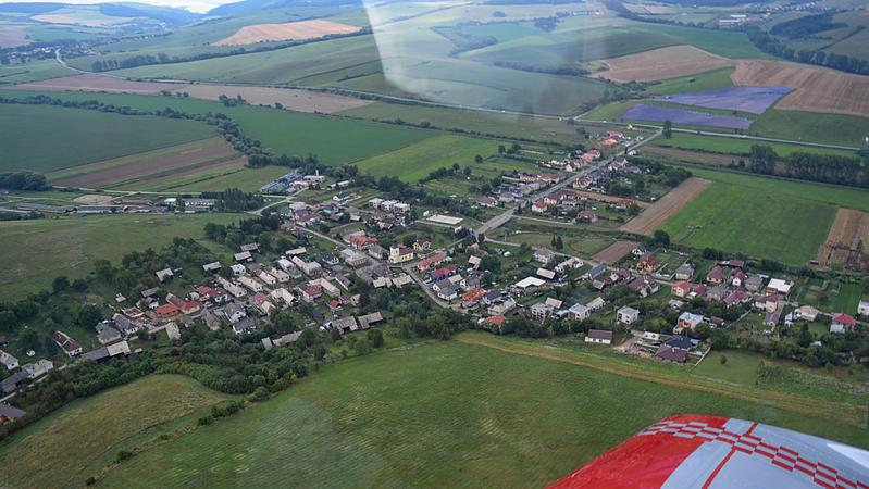 Letecký pohľad na obec Fulianka. Je to materská obec pre mlynskú usadlosť v časti obce, ktorá sa volá Dubravka. Časťou Dubravky je zelená lúka pod krídlom lietadla...