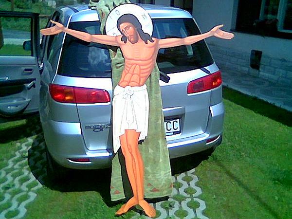 Korpus (razpjatie) kríža, vytvorené na plechu pochádza z ruky michalovského ikonopisca Š. Lajčiaka...