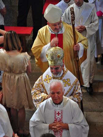 Pred biskupmi v sprievode kráča otec Antun Zec, kňaz, žijúci v miestnej farnosti, ktorý nám vo Fulianke odslúžil rímskokatolícku glagolskú sv. omšu, aby nám pripomenul naše spoločné kresťanské i kultúrne korene...