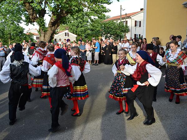 Inšpiráciou pre organizovanie podobných miestnych podujatí bola pre nás i detská folklórna skupina z chorvátskej Malinskej-Dubašnice, ktorá po skončení bohoslužby v chráme sv. Apolinára prezentovala kus svojho hudobno-tanečného umenia...