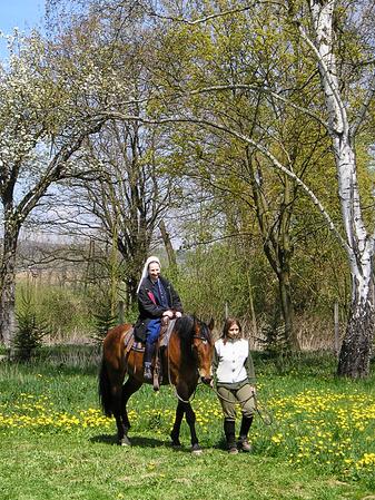 K príjemným chvíľam pri jarných výletoch do prírody okolo mlyna sa pridali chvíle strávené na sedle koňa. Vraví sa, že svet je najkrajší z konského sedla. Presvedčiť sa o tom mohli aj rehoľné sestry z Kongregácie sestier služobníc Nepoškvrnenej Panny Márie, ktoré žijú v komunite pri košickej gréckokatolíckej katedrále... Fotografia je z jarného výletu v roku 2007.