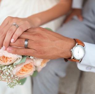 mains et alliances des mariés